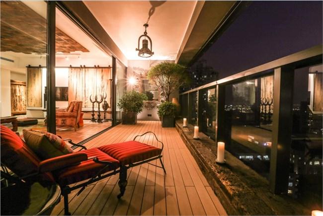将客厅,餐厅,厨房,健身房连为一体;通透的玻璃幕墙与镜面将天然光尽收