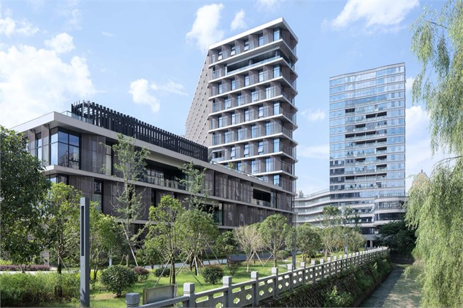 Hangzhou-Tonglu-Archives-Building-BAU-16-The-courtyard-directly-links-the-public-footpath-to-a-proposed-future-pedestrian-bridge-to-the-north小.jpg